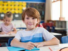 Kluger Junge in Grundschule