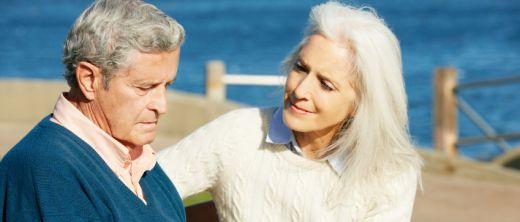 Älteres Ehepaar am Meer