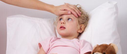 Mutter misst Fieber beim Kind