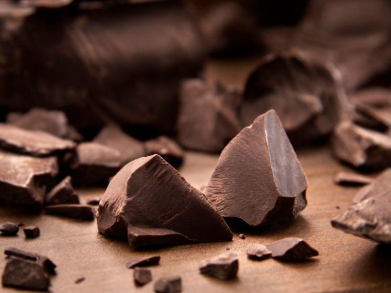 mann isst schokolade.jpeg