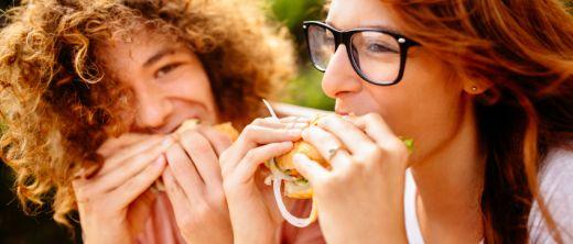 Frauen essen Snack