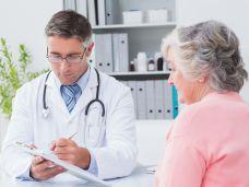 homöopathischer arzt mit patientin in seiner praxis