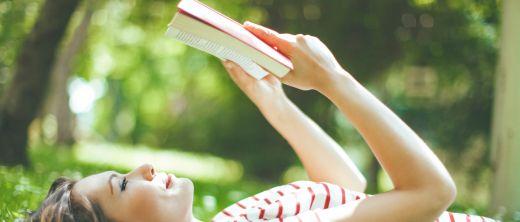 Frau beim Lesen im Park