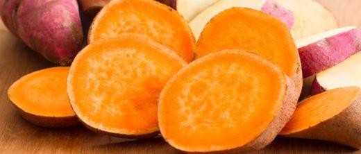 Süßkartoffeln ganz und aufgeschnitten