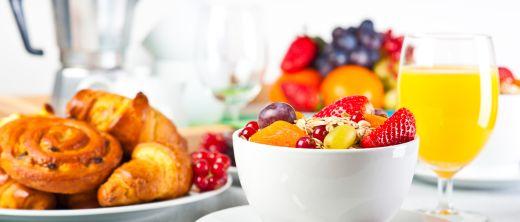 Frühstück mit Müsli und Croissants