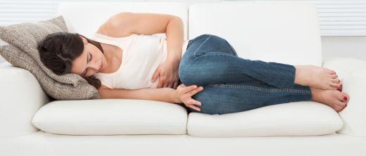 Reizmagen: Frau hat Magenschmerzen