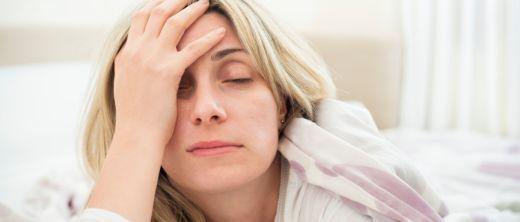 frau liegt wach mit schlafstörungen