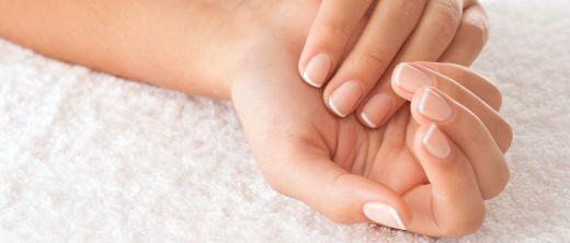 Hände mit gesunden, gepflegten Nägeln