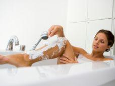 Klassische Haarentfernung für Frauen: Rasieren