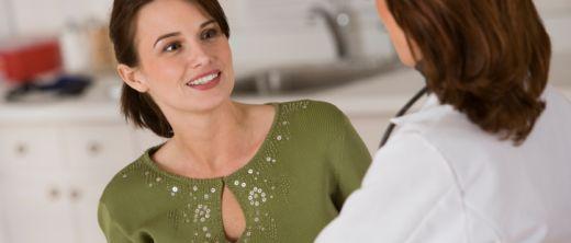 Frau in den Wechseljahren beim Arztgespräch