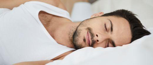 mann beim schlafen