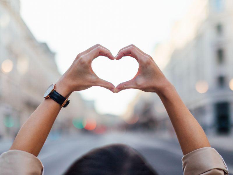 Hoch die Hände! Geschwollene Hände über Herzhöhe
