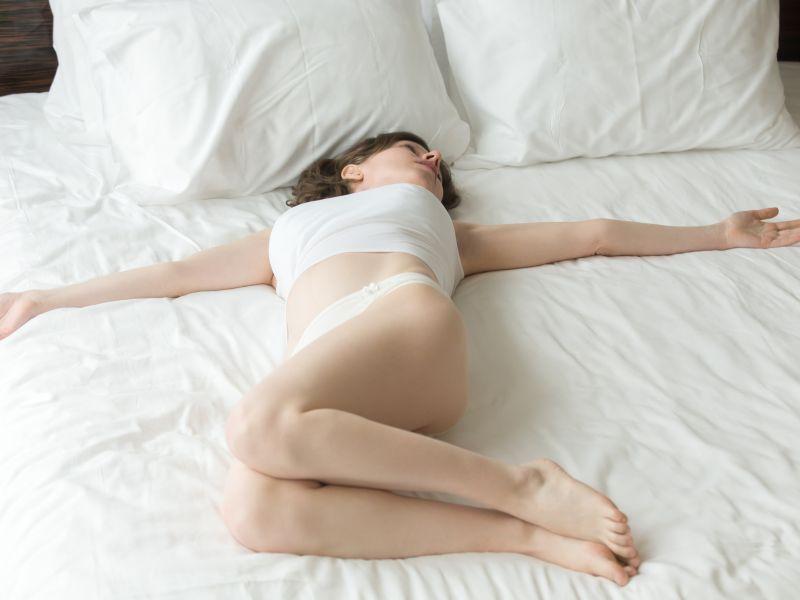 Yoga für guten Schlaf: Supta Jathara Parivartanasana