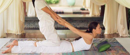 Thai-Massage fordert vollen Körpereinsatz-105633358.jpg