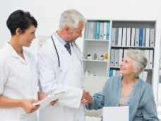 Genaue-Psoriasis-Diagnose-durch-Facharzt-stk64208cor.jpg