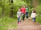 Interview zur Zeckenabwehr: Wie schütze ich mich und mein Kind?