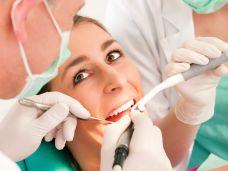Zahnsteinentfernung-durch-Ultraschall-108585309.jpg