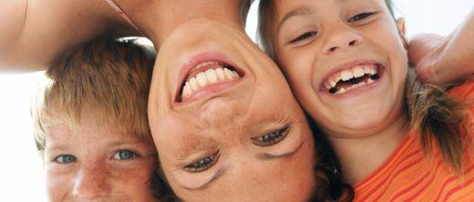 Mutter mit zwei lachenden Kindern