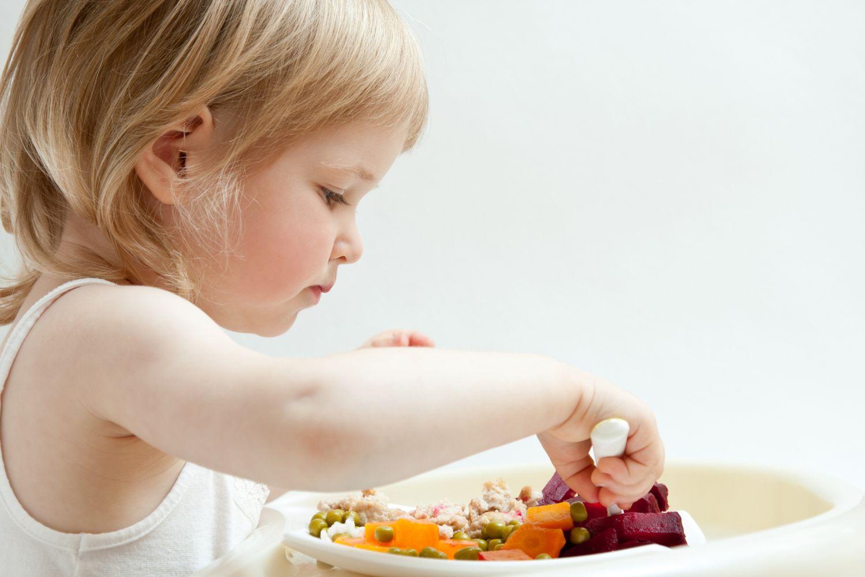 Mädchen isst sich selbst aus