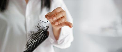 Haare in der Bürste bei Haarausfall - Homöopathie hilft