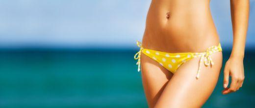 Schlanke Frau am Strand im Bikini