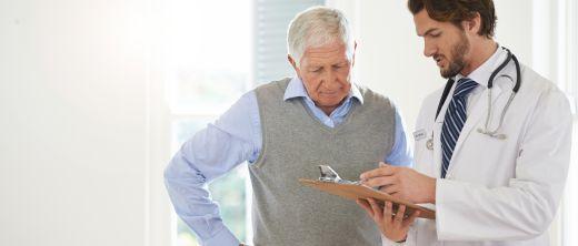 Mann mit Prostatakrebs beim Arzt