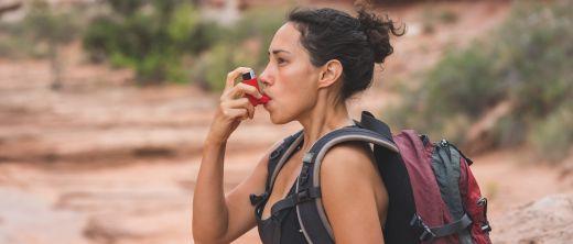 Frau mit Asthma beim Wandern