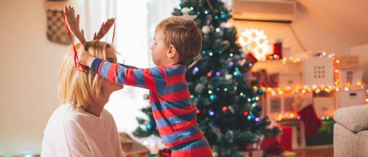mutter mit sohn an weihnachten