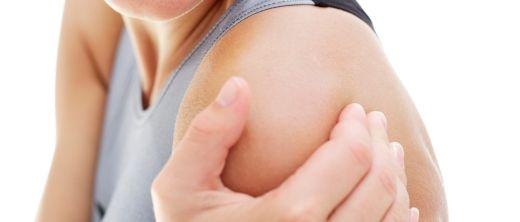 Frau hat Muskelschmerzen im Oberarm