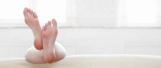 Hochgelagerte Füße auf Couch