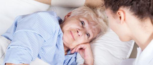 Pflege einer älteren Dame im Bett