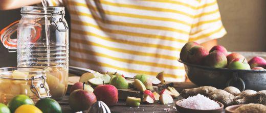 Sportliche Frau isst Joghurt mit Himbeeren