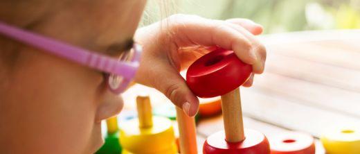Kind bei der Ergotherapie zur sensomotorischen Therapie