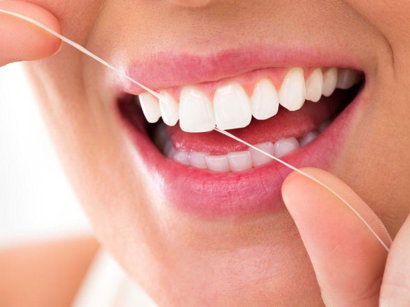 Mittel gegen Mundgeruch: Zahnseide verwenden